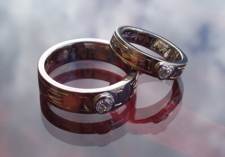 Wedding rings in 14K white gold, with diamonds and gold plated engravings, made by Jewellerydesigner Ailin Roelvaag. Commissioned work, customer's design. #weddingrings #weddingbands #whitegold #diamonds #custommade #jewellerydesign #engraving