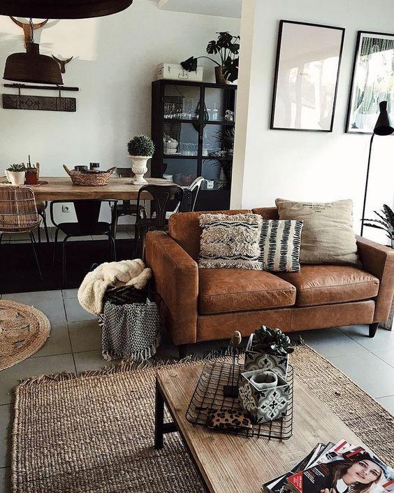 Rustikales Wohnzimmer mit gemütlicher Ledercouch in braunen Cognac - wohnzimmer design braun