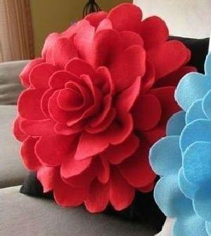 Veja aqui como fazer passo a passo lindas almofadas de flor em feltro
