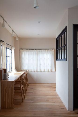 カーテンレールも内窓もアイアン製。室内窓も黒で仕上げて統一感のある空間に。