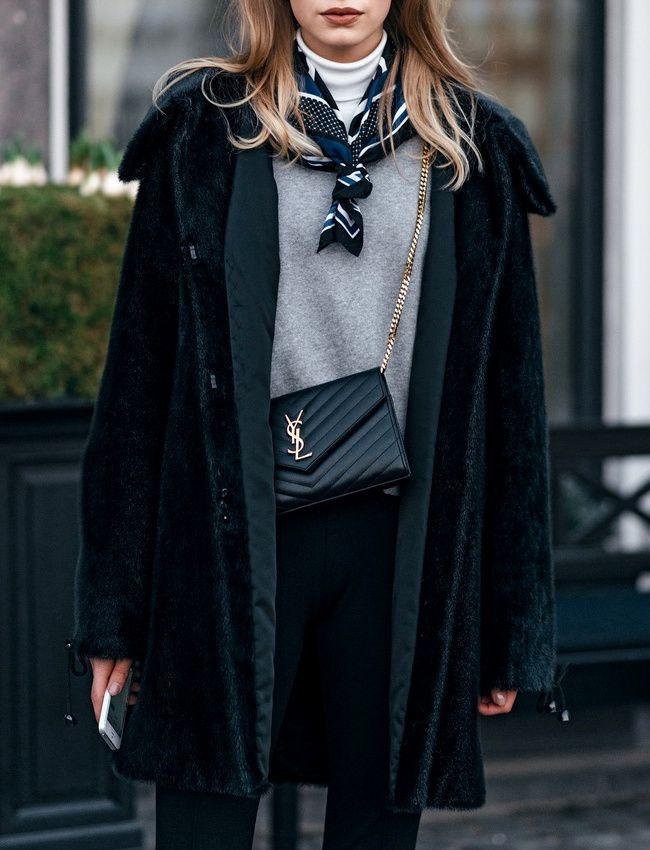Pull fin + sous pull + foulard noué sur le devant = le bon mix (photo Vogue)