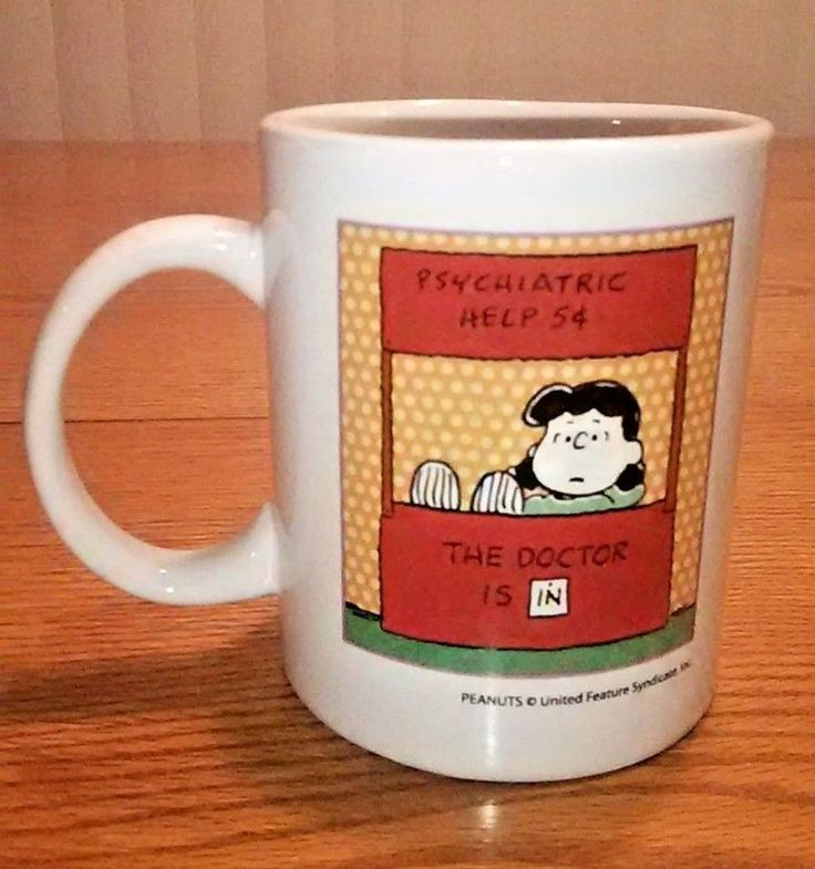 RARE PEANUTS LUCY PSYCHIATRIC HELP STAND 5 CENTS DOCTOR IS IN COFFEE MUG SNOOPY