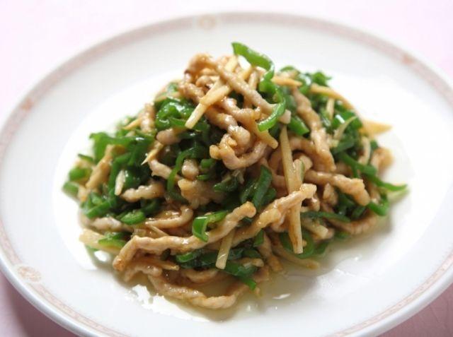 青椒肉絲(チンジャオロース) - 陳 建太郎シェフのレシピ。豚のローススライスには、炒める前にしっかりと下味をつけておくことがポイントです。味が逃げないようにしっかりと混ぜましょう。また合わせダレを入れたら、炒めすぎに注意して、強火でサッと絡めるように炒めましょう。