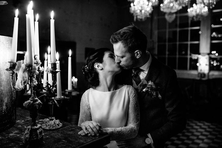 That kiss / Zo romantisch / #Wedding / Kroonluchter / Dansvloer / Party time / Bruiloft Viktoria&Ruud (10-12-2016) / www.ketelhuis.com / Photo by: De Kievit Bruiloften