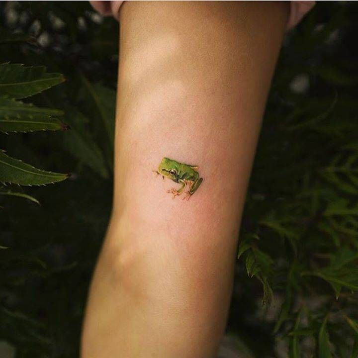 Cute, small green frog tattoo on the arm –  – #smalltattoos