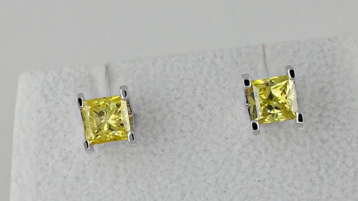 240 ct princess fancy gele kanarie diamond stud earrings 18 kt witgoud  Details van centrum diamanten:Juweel: natuurlijke diamantVorm: PrinsesKaraatgewicht: 240 ctKleur: mooie gele kanarieDuidelijkheid: SI1Metalen detailsItem: diamond Stud Earrings stud earringsGouden type: 18 kt witgoud.Gouden gewicht: 33 gramStijl nr. jy-01FedEx verzekerde verzendingUw land van verblijf kan opleggen van douane en invoerrechten.U bent welkom om ons te contacteren als u vragen hebt.Deze diamant is…