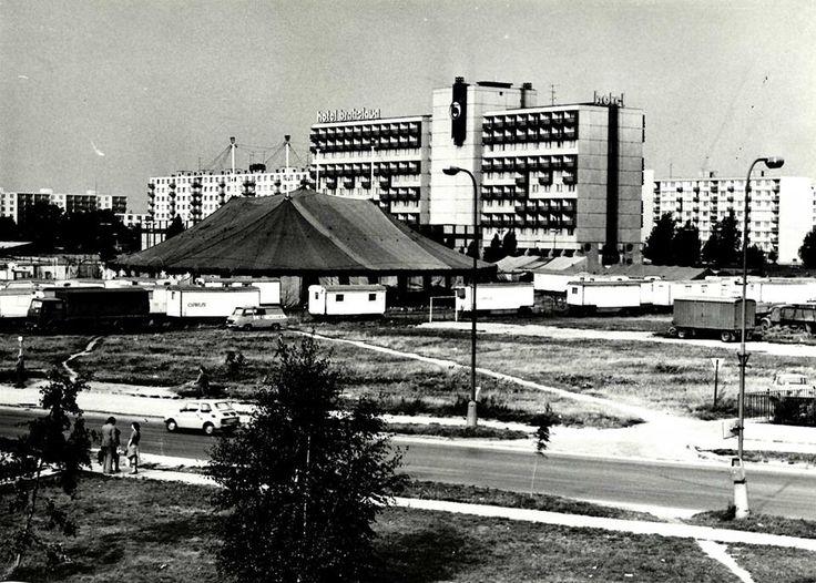 Cirkus pred hotelom Bratislava - 80 roky