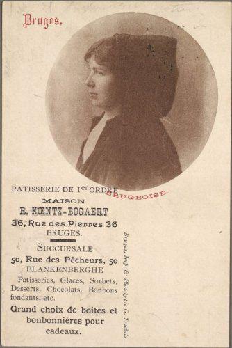 Portret van een jonge Brugse vrouw. De vrouw is gehuld in de typisch Brugse kapmantel. Dit publicitaire drukwerkje werd vervaardigd door Imprimerie en Phototypie Triebels. Het was bestemd voor de patisserie R. Koentz-Bogaert, gevestigd in de Steenstraat. Later kwam op dat adres patisserie Joye.
