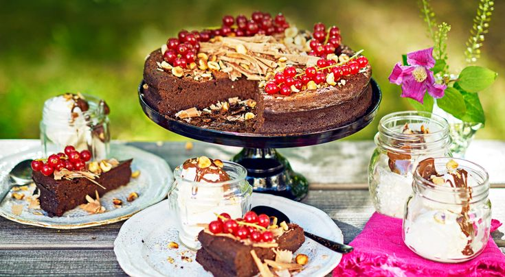 Recept på fransk chokladtryffelkaka. Chokladkaka med glass till de vuxna och glass med ljummen nutellasås till de små. Kakan går utmärkt att göra flera dagar före och förvara i kyl. Den är dessutom glutenfri! Gör två kakor till en buffé för 20 gäster.