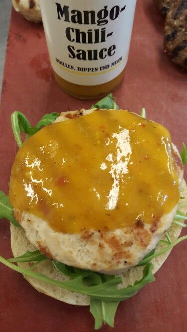 Putenburger mit Mango Chili Sauce, gegrillte Ananas und Chili