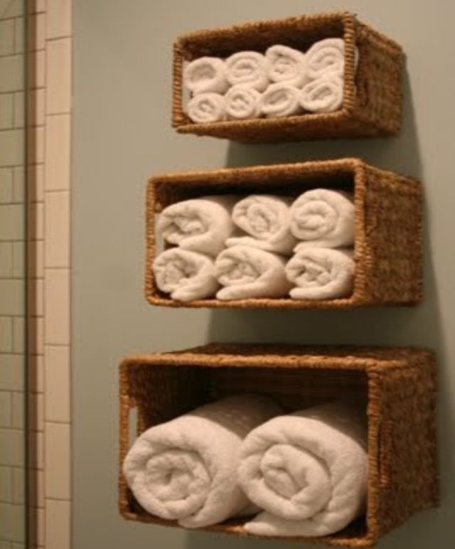 rangement salle de bain avec de simple casiers en osier