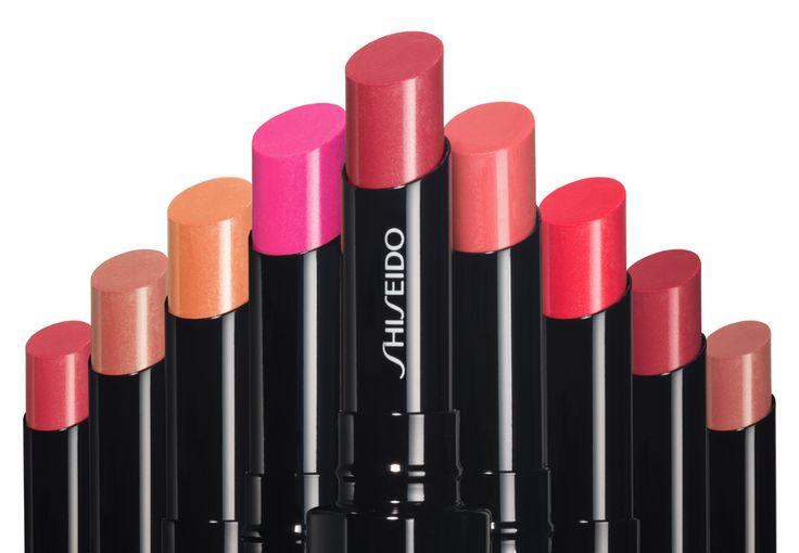 Wie ein zarter Farbschleier verwöhnt VEILED ROUGE von SHISEIDO die Lippen mit delikat glänzenden Farbtönen. Ab September in 4 neuen Nuancen um ca. € 26,50 erhältlich. Lipstick Love – Satte Farben für graue Tage | justDELUXE.at