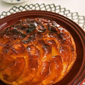 フライパンで簡単♪タルトタタン風はちみつりんごケーキ+by+すたーびんぐさん+|+レシピブログ+-+料理ブログのレシピ満載! フライパンで作る、お手軽なケーキです。フライパンにはちみつとバターで甘く煮絡めたりんごをしき詰め、生地を流して焼くだけ☆思いたったらすぐに作れる嬉しいレシピです。