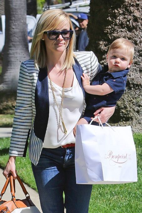 Reese Witherspoon was seen on the streets of Los Angeles on Thursday, with her nine-month toddler Tennessee James Toth. Mother and son combined styles and everything.