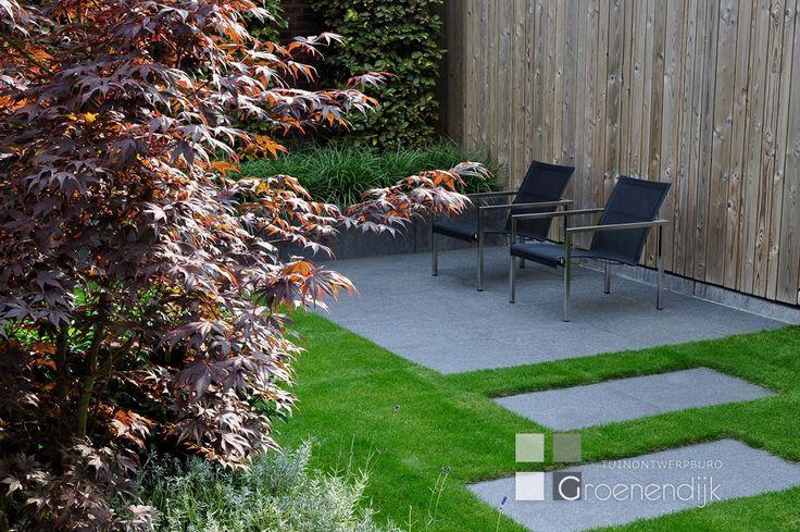 Deze moderne tuinen in Vleuten heeft een strakke belijning, maar is ook sfeervol en gebruiksvriendelijk voor het hele gezin.