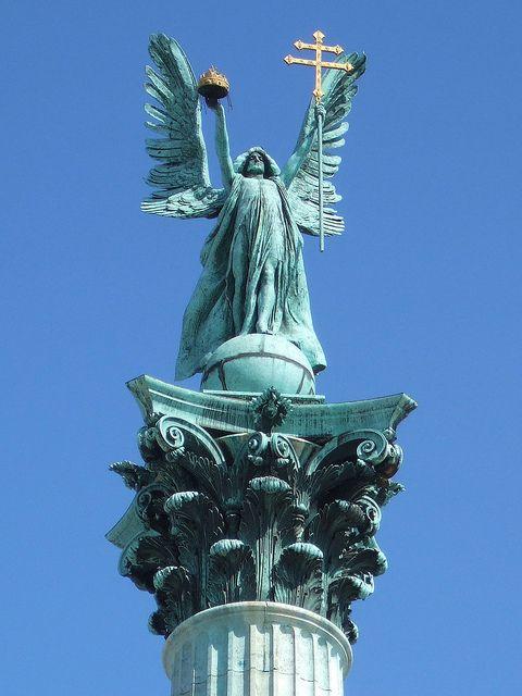 Gábriel arkangyal szobra tetején a korinthoszi oszlop közepén Hősök tere, Budapest, Magyarország