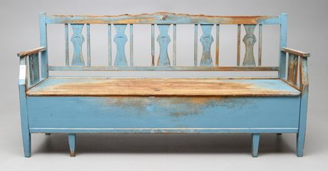 Kökssoffa 1920/30| Blåmålad med kontursågade spjälor i rygg/gavlar