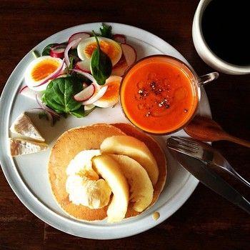 色違いのコチラは赤ピーマンとトマトのポタージュ。 赤は見た目の彩りと、食欲を増進させてくれる働きも♪  パンケーキの上に乗っているのは桃だそうです。