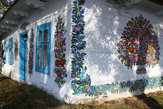 In Dit Poolse Dorpje Is Elk Huis Volledig Beschilderd Met Bloemen Folk Art Flowers Flower Painting Floral Painting