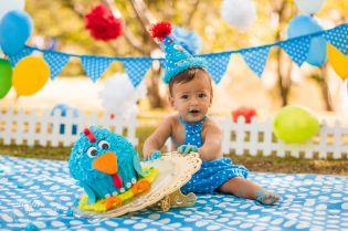Curitiba, Kelli Homeniuk, Ensaio de bebê, 11 meses, 1 aninho, pré aniversário, bolo big Cupcake, Smash The Cake, Cake Smash, bolo, externo , galinha pintadinha, azul, branco, filmagem (41)9729-6585 ©Kelli Homeniuk - Fotografia Profissional