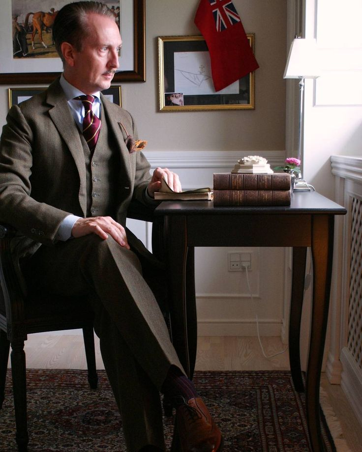 Cloudy and stormy weather calls for heavy Cheviot Tweed and brogue shoes. Sitting comfortably by the desk one considers making a nice cup of Oolong instead of facing the forces of nature outside. .. Sporting my most recent acquisition in Chaussures: the beautiful brogue Fiennes by Herring/Alfred Sargent #vintage #bespoke #threepiecesuit #cheviottweed #purdeys #repptie #herringshoes #1966last