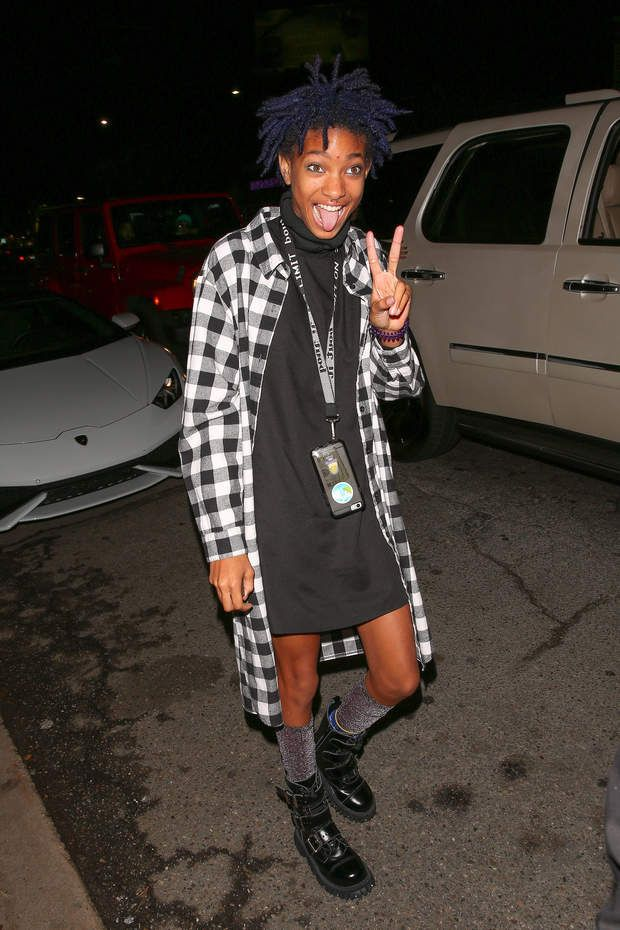Willow Smith, déjà icône de modeWillow Smith flashes the peace sign as she arrives with her brother Jaden at Kendall Jenner's 20th birthday party at The Nice Guy, Los Angeles, CA, USA on November 2, 2015. The fashion forward 15-year-old wire a flannel shirt over a black turtleneck dress and black boots. Photo by GSI/ABACAPRESS.COM | 522433_008 Los Angeles Etats-Unis United States