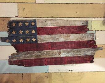 Récupéré le drapeau américain palette suspendu art par Kustomwood