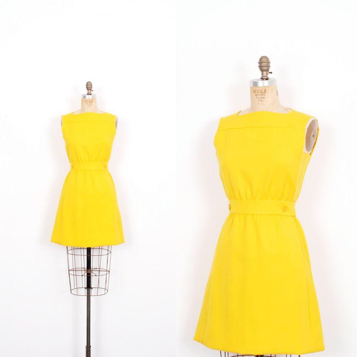 Vintage 1960s jurk / 60s Mod wol Mini jurk / Bright Yellow (kleine S)  Super leuke kleine 1960ss mod mini jurk gedaan in een leuke helder gele wol! Mouwloos jurkje beschikt over een vierkante hals, ingerichte bodice, uitgerust broekband met faux knop detail, korte a-lijn rok, en zijnaad gleuf zakken. De perfecte stijl voor gelaagdheid een coltrui onder! Back rits en knoop sluiting. Volledig gevoerd.  Moderne grootte: S Materiaal: wol Voorwaarde: Uitstekende Vintage staat Merk: Don…