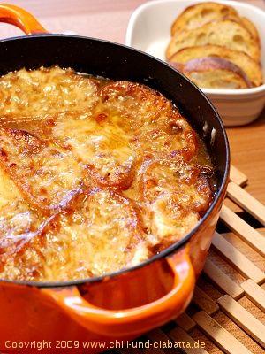 Kürzlich bin ich auf der Speisekarte eines fränkischen Lokals auf eine französische Zwiebelsuppe gestoßen. Bestellt habe ich sie nicht, aber Lust bekommen, selbst eine zu kochen. Fürs Rezept einmal quer durch die Frankreich-Abteilung meiner Kochbücher geblättert: oh - Thomas Keller...