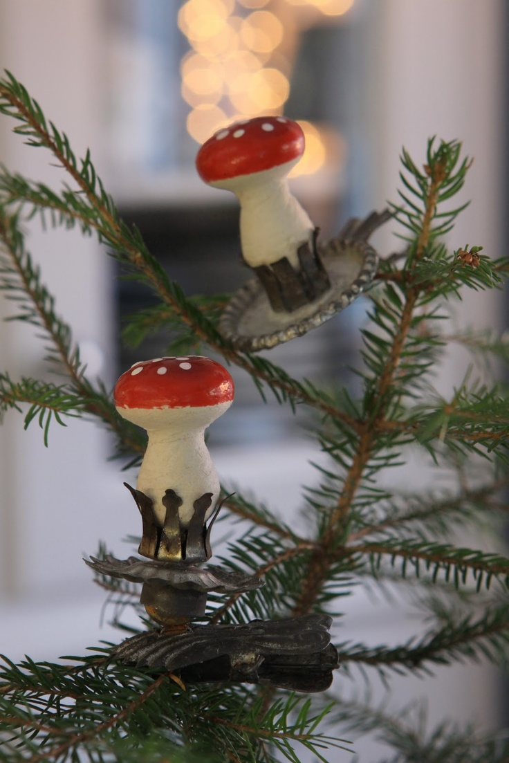Put spun cotton toadstools in vintage candle clips!      Kul idé, 1+1 blir fem tummar upp.