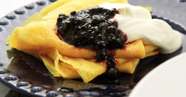 Underbart goda pannkakor med saffran och brynt smör. Toppa med sylt och gräddyoghurt.