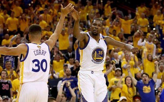 Stephen Curry e Kevin Durant, do Golden State Warriors, nas finais da NBA de 2016-2017 (Foto: Getty Images)