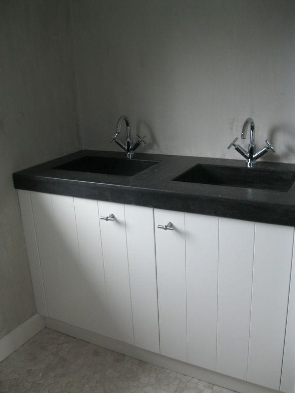 Pronkstuk voor uw badkamer. Dubbele wasbak beton met houten onderkast. Richtprijs € 2.200,-