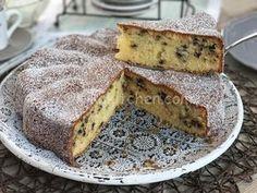 La torta al mascarpone con gocce di cioccolato fondente è un dolce soffice che si scioglie in bocca, grazie alla presenza del mascarpone.