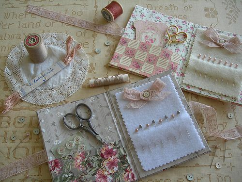 "Petits carnets pour faire plaisir... I made these needlebooks as gifts for friends... Version grise, coton fleuri et dentelle ancienne... A grey one with pink antique lace... Version rose : inspiration ""Vivement les beaux jours !"" des dames Delaborde..."