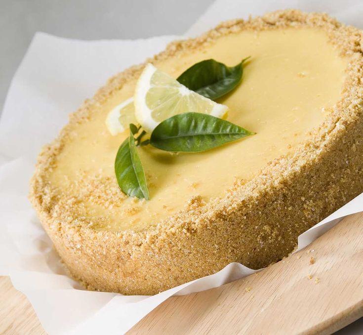 Απλή και εύκολη συνταγή για τάρτα λεμόνι με βούτυρο Lurpak. Δοκιμάστε τη τραγανή και αφράτη τάρτα λεμονιού από τα Lurpak Μαγειρέματα!