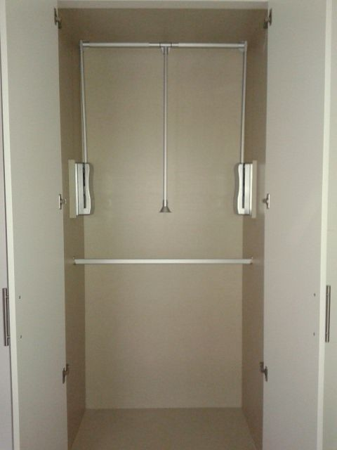 Detalle de acabado interior de armario, en tablero melamínico modelo Lino Cancúm, crea un suave contraste de color con las puertas blancas.