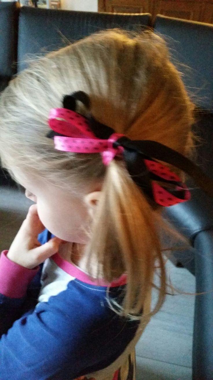 Zo simpel en erg leuk. Staartje met daar omheen zwart en hartjeslintje. #haar #kapsel #kinderen
