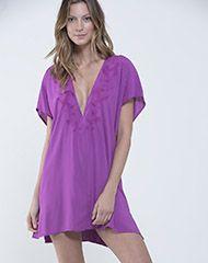 Elaborado en tela viscosa, el Vestido de Mujer Dominica Violeta tiene cuello V profundo, manga ancha y silueta amplia tipo túnica. Adquiérelo en Punto Blanco.
