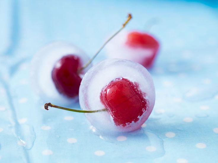 Wir haben für unsere Top 5 Eiswürfel-Ideen ganze Früchte, süße Gummitiere und noch vieles mehr eingefroren!