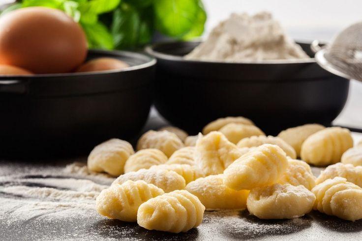 Gli gnocchi fatti in casa sono una preparazione che è alla base di tanti primi piatti della cucina italiana. Sono economici, facili da cucinare e deliziosi, e si condiscono in base alle tradizioni regionali o alla fantasia di chi li prepara. La ricetta ha origini antichissime, come antichi sono i modi diversi di combinare gli ingredienti che la compongono,