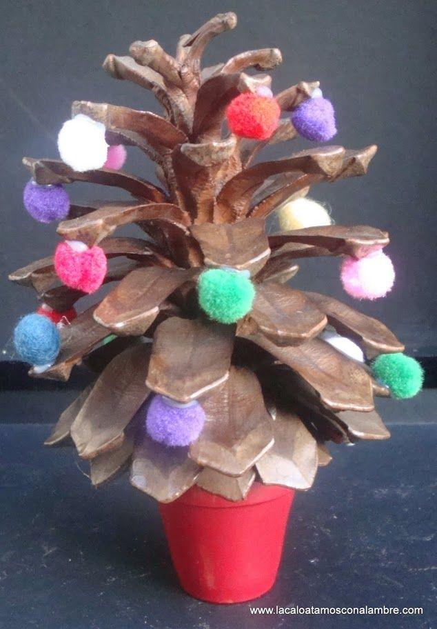 macetita/arbolito navideño hecha de piña y pompones