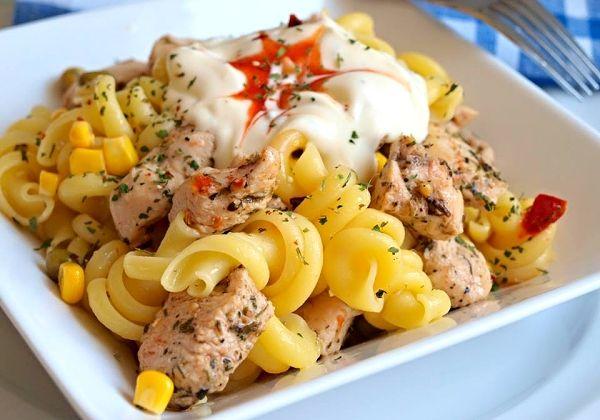 Těstovinový salát s kuřecím masem a pikantním dipem