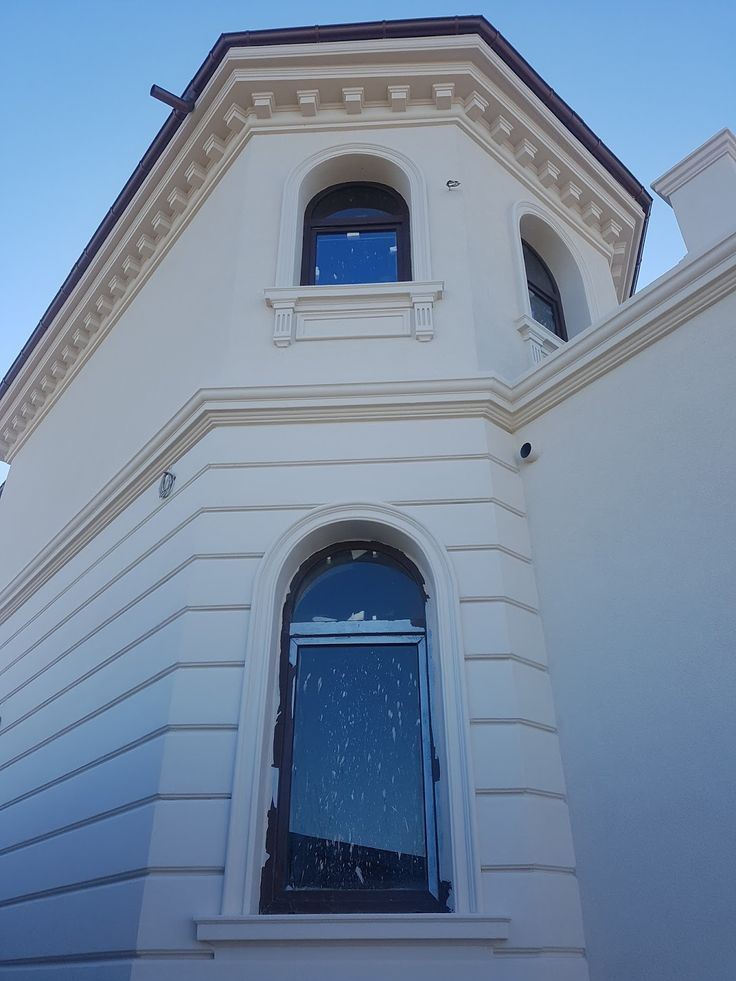 Fatada casa cu panouri decorative si ancadramente cu arcade