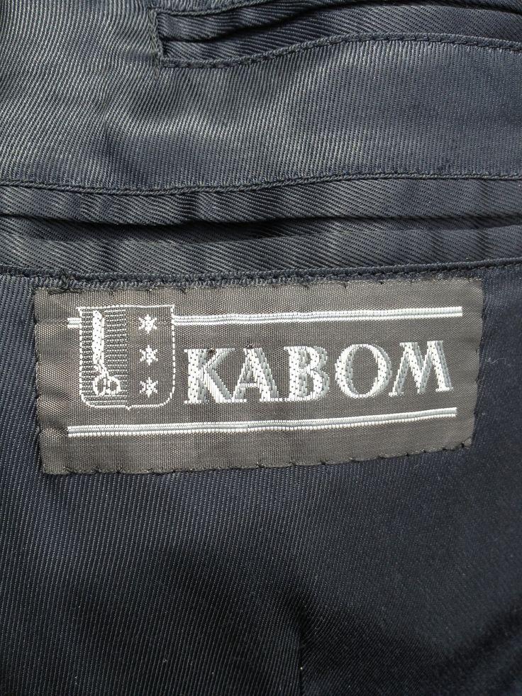 KABOM - Konfektions AB Oscar Molander  i Alingsås - var en ledande tillverkare av svenska herrkläder 1907 - 1966. Denna etikett sitter i en kostym från 1950-talet. Kabom var också en stor idrottssponsor på sin tid. Läs mer: http://www.rf.se/RFdistrikt/Vastergotland/Idrottshistoria/Idrottshistoriskasallskapen1/AlingsasIHS/KABOM-pokalen/