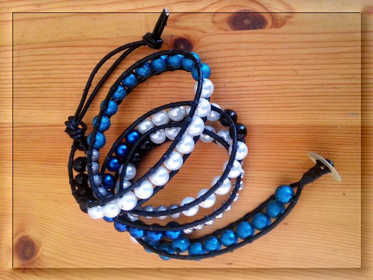 Wraparmband, svart läderband med olika pärlor, 4-5 varv, ca. 74 cm långt