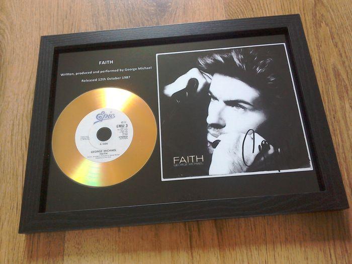 """George Michael """"Faith"""" omlijst CD.  George Michael """"Faith"""" omlijst CD. Nieuwe en mint conditie.George Michael omlijst CD weergeven.De cd is goud in kleur. Het display bevat ook ondertekende (gedrukte) foto.Het frame is zwarte satijn van kleur en voorzien van acryl veiligheidsglas.De afmetingen zijn 31 x 235 cm.Item kunt muur gemonteerd worden of vrij staande.Zie foto's voor meer detailsObject wordt door track & trace verzonden worden.  EUR 5.00  Meer informatie"""