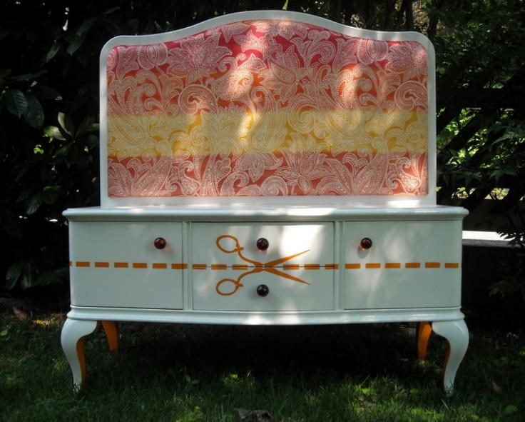 Mobiletto restaurato, laccato a mano,  bianco con decorazioni arancioni  Il pannello (nuovo realizzato da noi) è  imbottito e rivestito con stoffa davanti e dietro.  Pomoli in vetro di murano,  decorazione fatta a mano,  finitura trasparente lucida    mis:  profondità: 46cm circa (con pannello e imbottitura)  larghezza massima: 113cm  altezza: 53cm (mobile)  altezza: 116.5cm (con pannello)