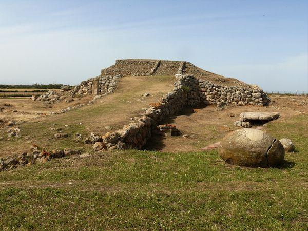 Le mont d'Accoddi (en italien, Monte d'Accoddi) est un site archéologique mégalithique situé en Sardaigne entre Sassari et Porto Torres. La première phase de construction est sans doute contemporaine de la culture d'Ozieri, entre -4300 et -3700 avant J.-C.1,2,3. Le site a été découvert en 1947 et exploré en 1954. Diversement décrit comme un autel, un temple ou une pyramide, il a été partiellement reconstruit pendant les années 1980.