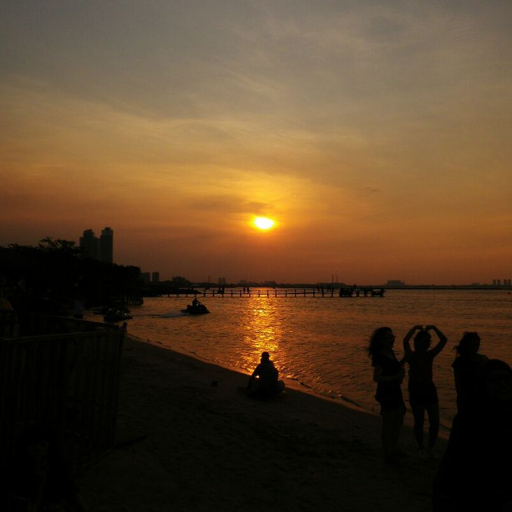 A sunset in Ancol Beach..while waiting for the GDragon One of A Kind Concert..